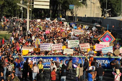 Huichol representatives and their supporters marching in DF